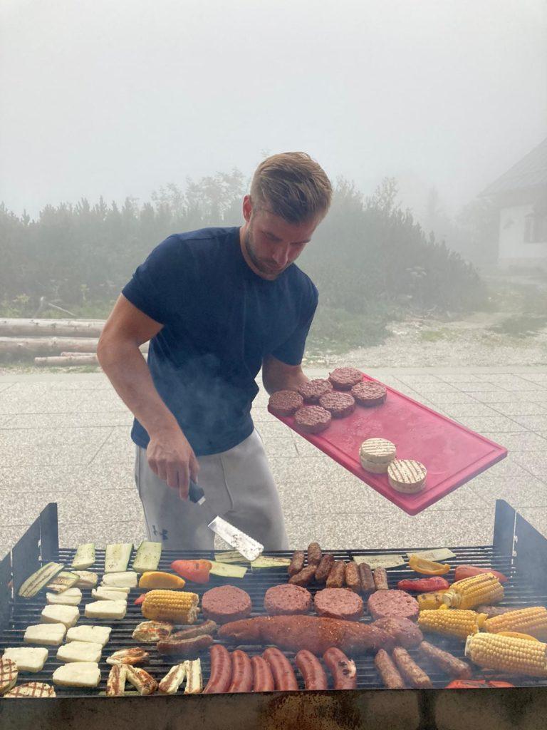 Im strömenden Regen sicherstellen, dass unsere Crew auch nicht verhungert. ✅ Check
