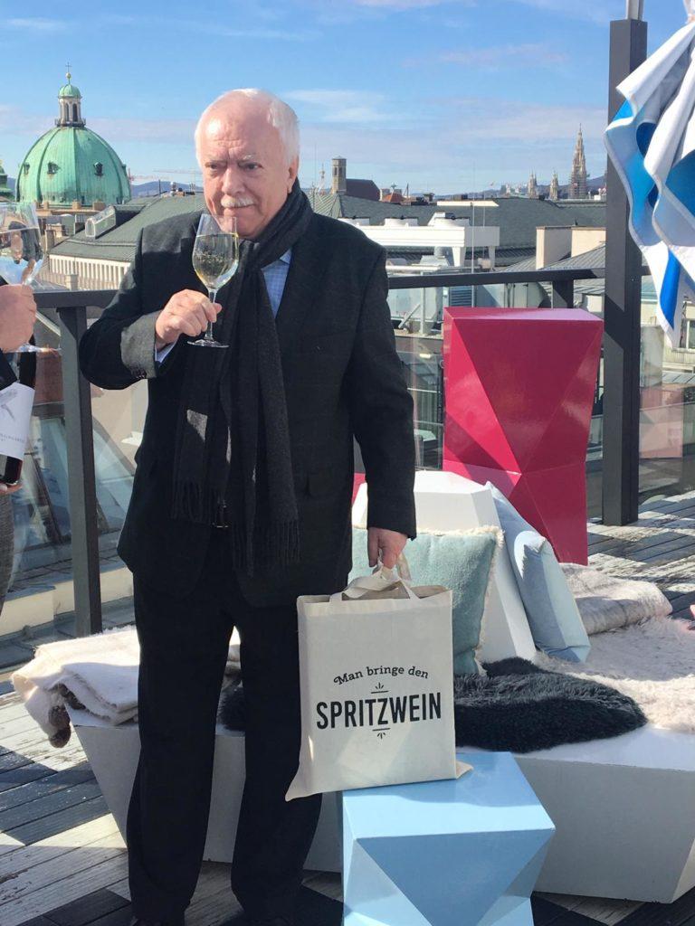 Am Montagvormittag mit dem Mann, dem Mythos, der Legende schlechthin Spritzer über den Dächern von Wien trinken. ✅ Check