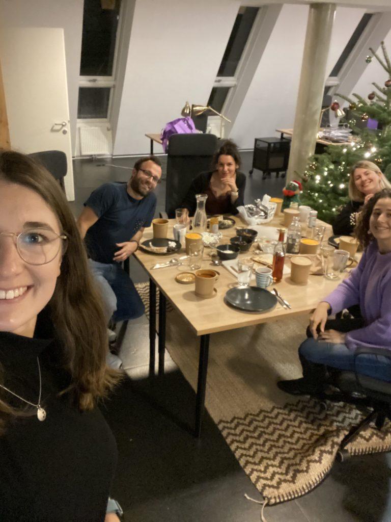 Mini-Weihnachtsfeier in Corona-Zeiten: In unseren kleinen, separaten Teams haben wir Weihnachten mit gutem Essen und dem ersten Schnee eingeläutet.