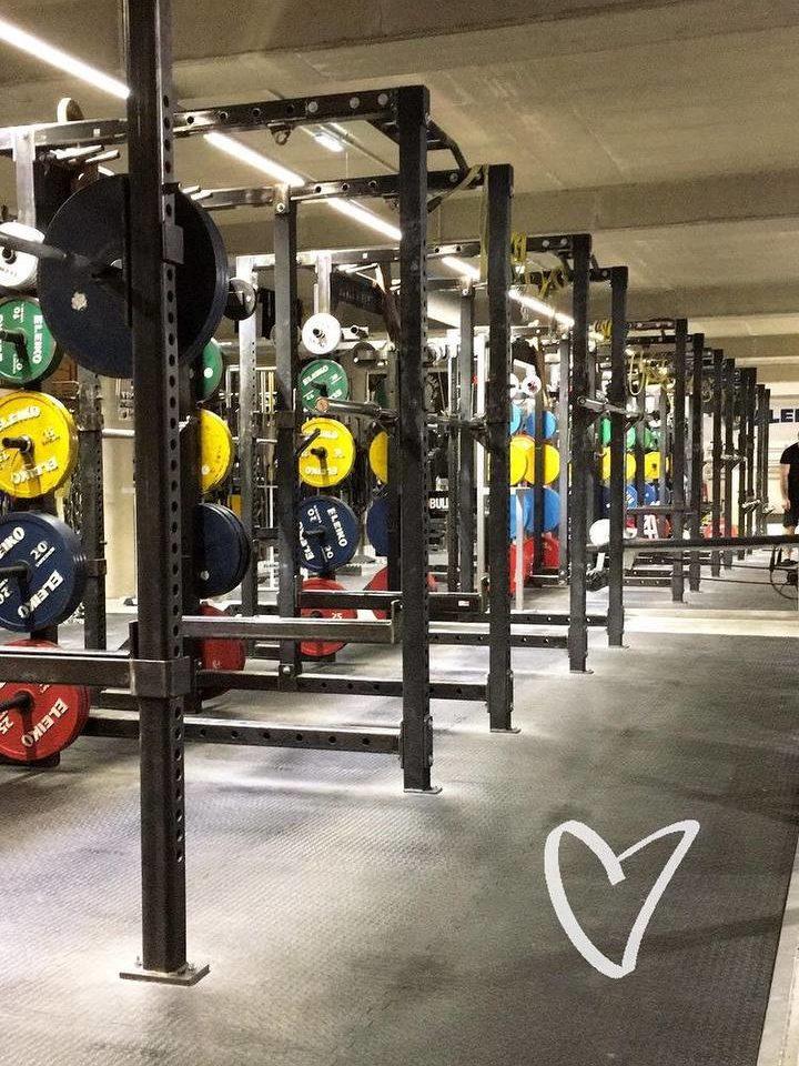 Krafttraining im Das Gym –  eines der coolsten Fitnessstudios Wiens, indem man wie zu Schwarzenegger-Zeiten trainieren kann.